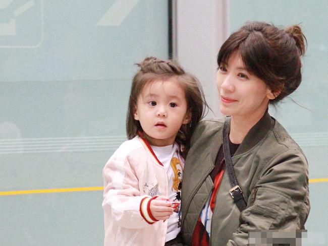 Gần 3 tuổi, Bubu xinh xắn, mắt tròn xoe, da trắng, gương mặt rất giống mẹ. Bubu vừa cùng mẹ tham gia chương trình truyền hình thực tế Mẹ là siêu nhân, tập đầu dự kiến ra mắt khán giả Đài Loan vào ngày 22/3 tới.