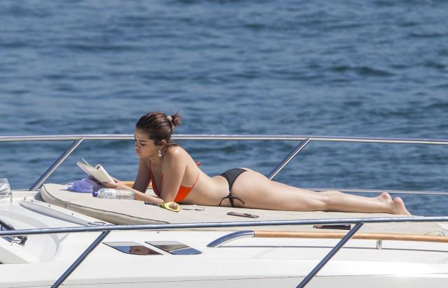 Selena Gomez được trông thấy nằm phơi nắng và thư giãn trên du thuyền ở cảng Sydney sáng thứ 2, 19/3.