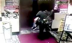 Bà ngoại bị nghi siết cổ cháu trai 6 tuổi trong khách sạn Hong Kong
