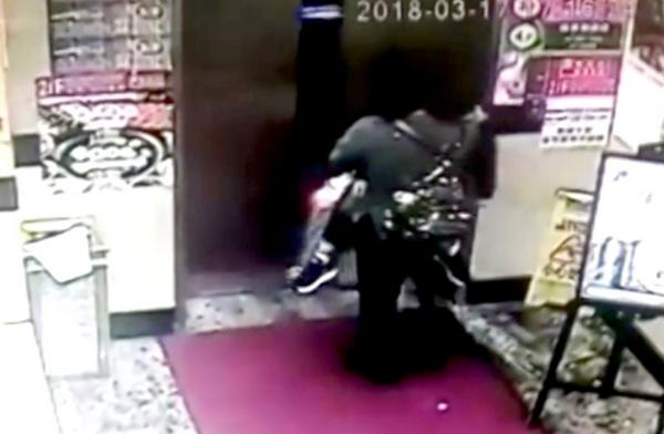 Camera an ninh bên ngoài khách sạn khi cảnh người bà bế cháu vào thuê phòng chiều tối 17/3. Ảnh: SCMP