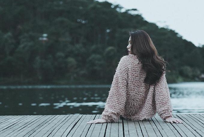Tăng Thanh Hà ngồi bên bờ hồ thảnh thơi. Cô chia sẻ tâm sự giấu kín: Chỉ muốn đến những nơi cỏ cây hoa lá, không ồn ào náo nhiệt! Có lẽ nơi ấy người ta sống chậm hơn, hạnh phúc đơn giản hơn, bình yên ở đâu đó. Nhắm mắt lại lòng cảm thấy vui! Cho em về với nơi em thuộc về.
