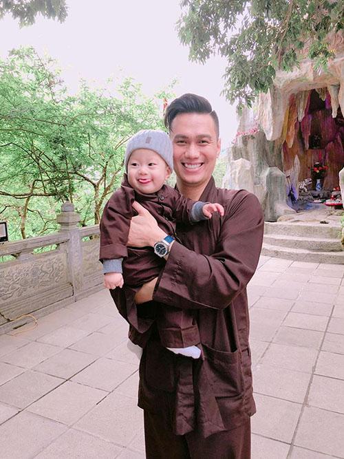 Con trai Việt Nam cười như được mùa khi lên chùa với bố mẹ.