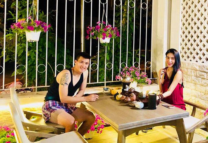 Vợ chồng Thuỷ Tiên - Công Vinh thảnh thơi thưởng trà trong khoảnh sân nhỏ của gia đình.