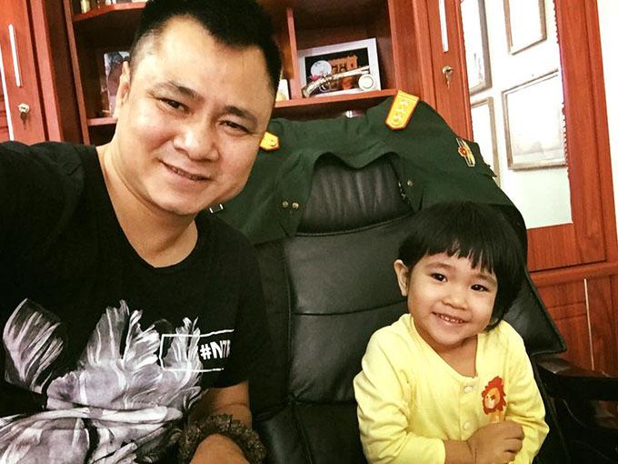 Diễn viên Tự Long đưa con gái đến cơ quan trực cùng. Cô bé thừa hưởng nhiều nét từ bố.