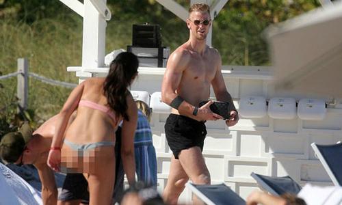 Joe Hart không rời mắt khỏi bóng hồng mặc bikini