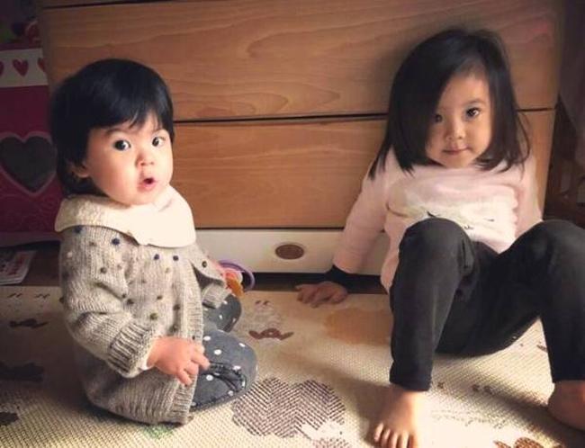 Trên trang cá nhân, Giả Tịnh Văn thường xuyên chia sẻ những hình ảnh dễ thương của hai con gái Bubu, Bobo.