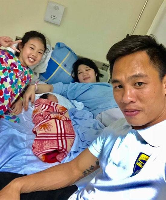 Xuân Thành về bên vợ và con gái mới sinh. Ảnh: NVCC.