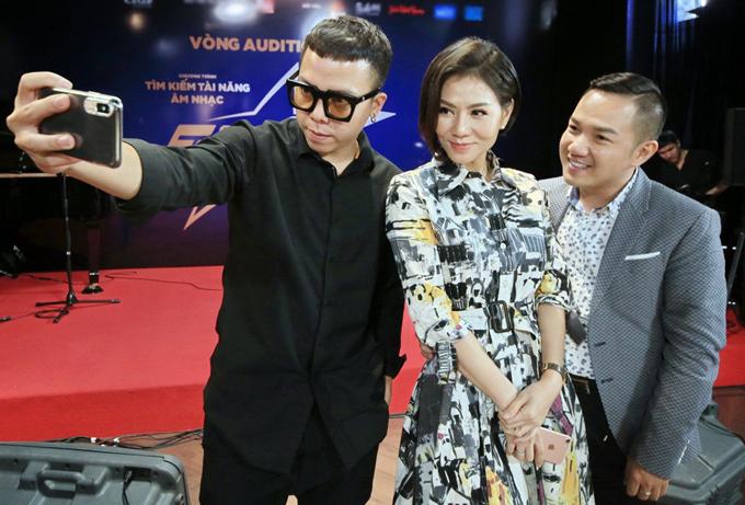 Thu Minh chụp ảnh cùng bạn thân - MC Anh Khoa và giám khảo Hoàng Touliver.