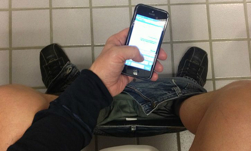 Dùng điện thoại 30 phút khi đi vệ sinh, chàng trai bị liệt toàn thân