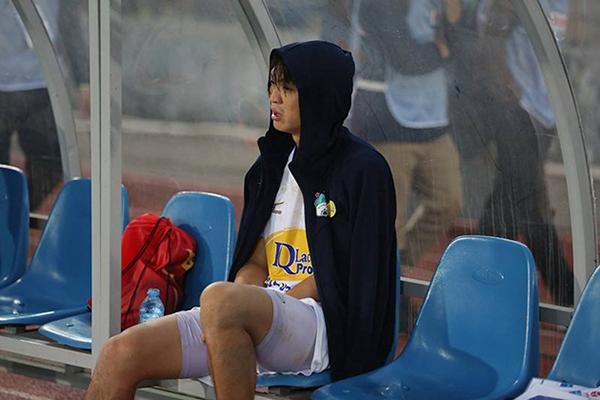 Tuấn Anh rơi nước mắt khi ngồi ngoài chứng kiến đồng đội thi trong trận Hải Phòng - HAGL. Ảnh: SN.