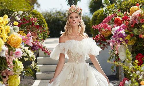 Những chiếc váy cưới chẳng đính kết cầu kỳ vẫn lộng lẫy