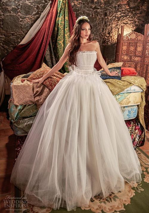 Sự tinh tế, sang trọng không thể hiện bằng những chi tiết đính kết cầu kỳ, phức tạp mà chính ở chất liệu cao cấp, bông hoa hồng bằng tơ lụa, bông ren dệt theo chủ ý của nhà thiết kế. Đẳng cấp còn đến từ kết cấu bất đối xứng của những chiếc váy.