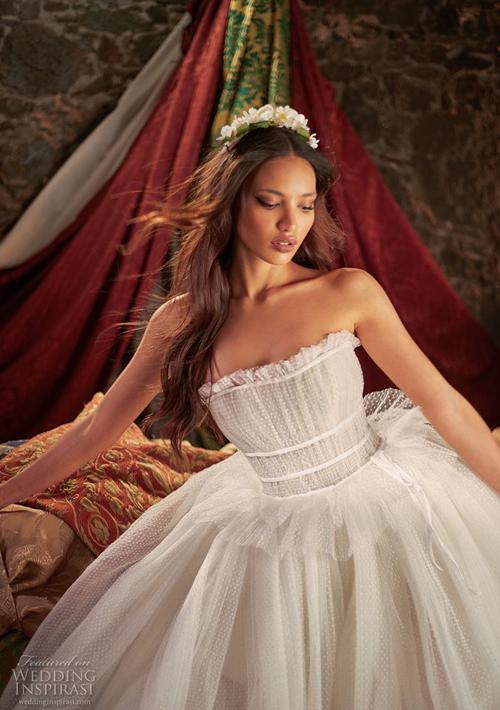 Mẫu váy họa tiết chấm bigợi sự liên tưởng về phong cách thời trang cổ điển.