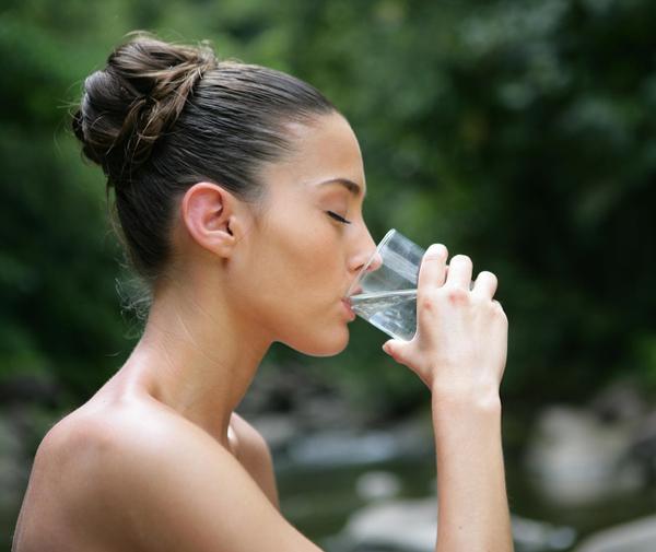 Cách đơn giản nhất để làm mờ vết rạn da là uống thật nhiều nước. Khi được cung cấp đủ nước, làn da sẽ trở nên căng bóng, mịn màng, không chỉ vết rạn da mà các nếp nhăn hoặc những vùng da sẫm màu cũng sẽ mờ dần đi.