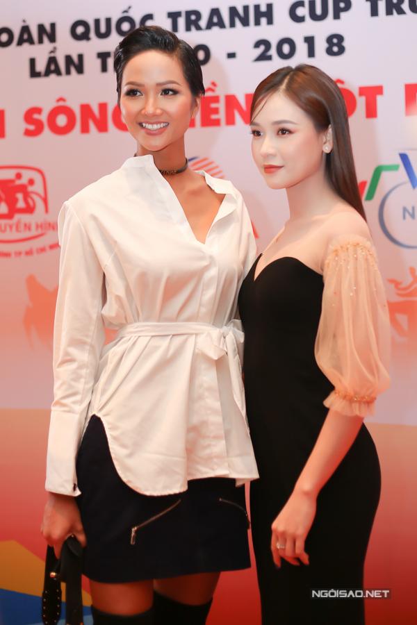 Diễn viên Sam khoe da trắng với theiets kế hở vai, ôm khít cơ thể. Cô vui vẻ chụp ảnh cùng hoa hậu HHen Niê.
