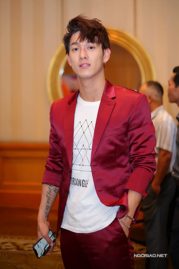 Ca sĩ Song Luân bảnh bao, nổi bật khi mặc vest đỏ đi sự kiện.