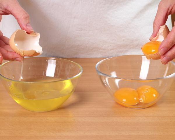Lòng trắng trứngLòng trắng trứng là giải pháp trị liệu hữu hiệu cho nhiều vấn đề da như mụn, vết thâm, nếp nhăn và cả rạn da. Hàm lượng collagen cao trong trứng giúp tăng khả năng tái tạo tế bào, cho làn da mịn màng hơn. Đánh bông lòng trắng trứng rồi thoa lên vùng da có vết rạn, để cho khô lại rồi bóc ra, lau sạch với nước ấm. Thực hiện liệu pháp này 2 - 3 ngày/lần để có thấy hiệu quả rõ rệt.