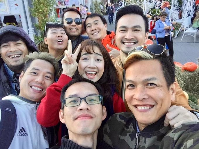 Nhã Phương cười hết cỡ khi chụp ảnh cùng Chi Bảo và các thành viênđoàn làm phim Tình khúc Bạch Dương. Bạn gái của Trường Giang đóng vai con gái của Chi Bảo trong phim.