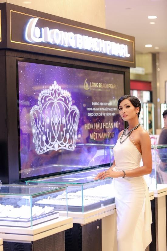Hoa hậu H Hen Niê kiêu sa với trang sức ngọc trai