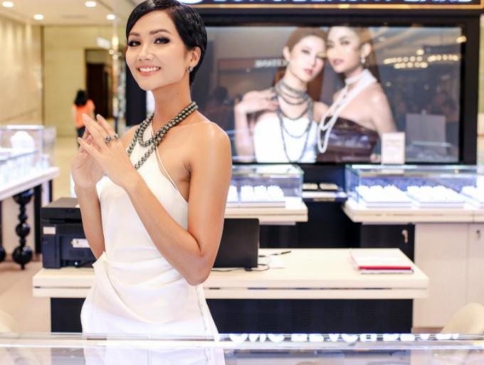 Hoa hậu H Hen Niê kiêu sa với trang sức ngọc trai - 1