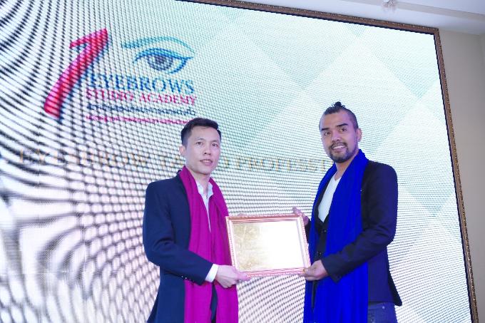 Anh Lê Đức Viện (trái) đại diện làm giám khảo trong cuộc thi thẩm mỹ do Thái Lan tổ chức.