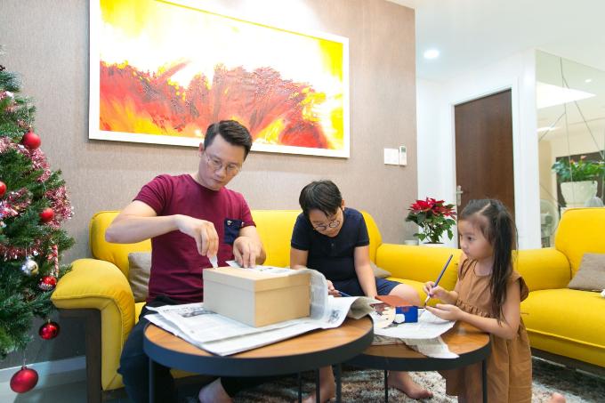Gia đình nhỏ của Hoàng Bách cùng nhau gói quà tặng mẹ bằng giấy báo cũ nhân dịp 8/3 vừa qua