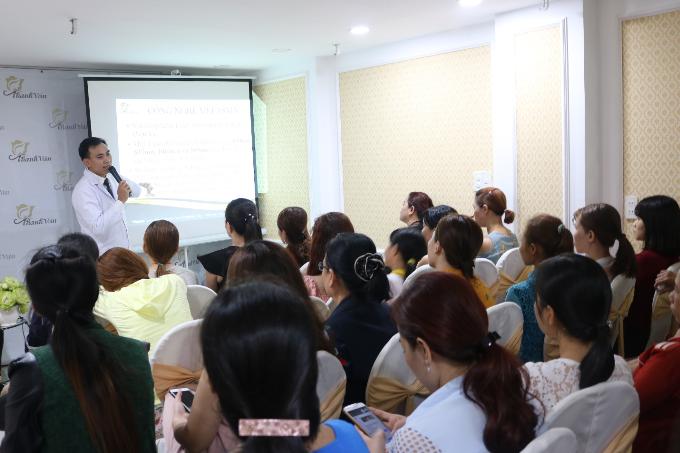 Ông Trần Văn Trường - chuyên giatrị námcông nghệ cao Melasma - tư vấn trong hội thảo.