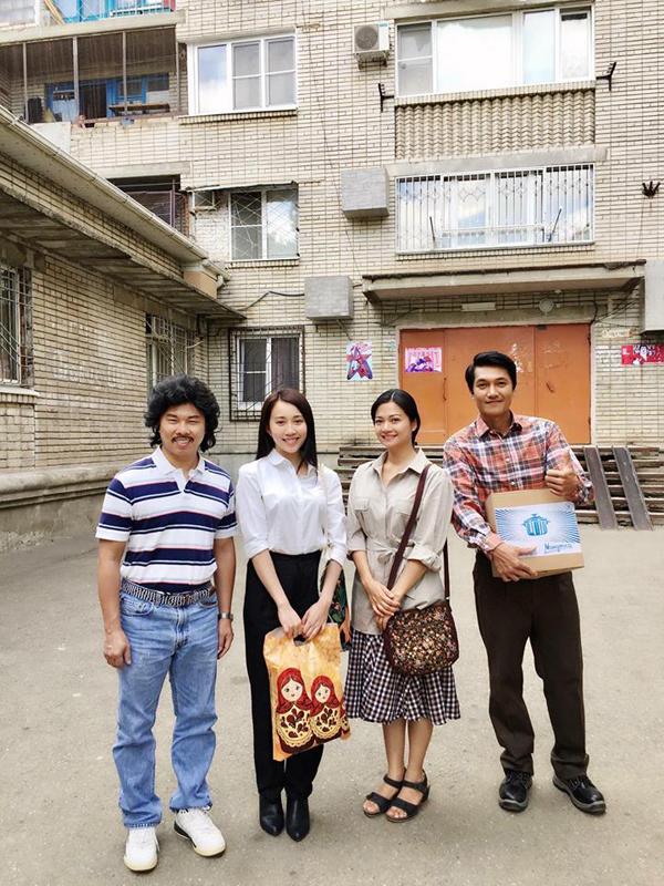 Khải Anh, Huỳnh Hồng Loan, Quang Tuấn... mặc nguyên đồ diễn khi chụp ảnh.