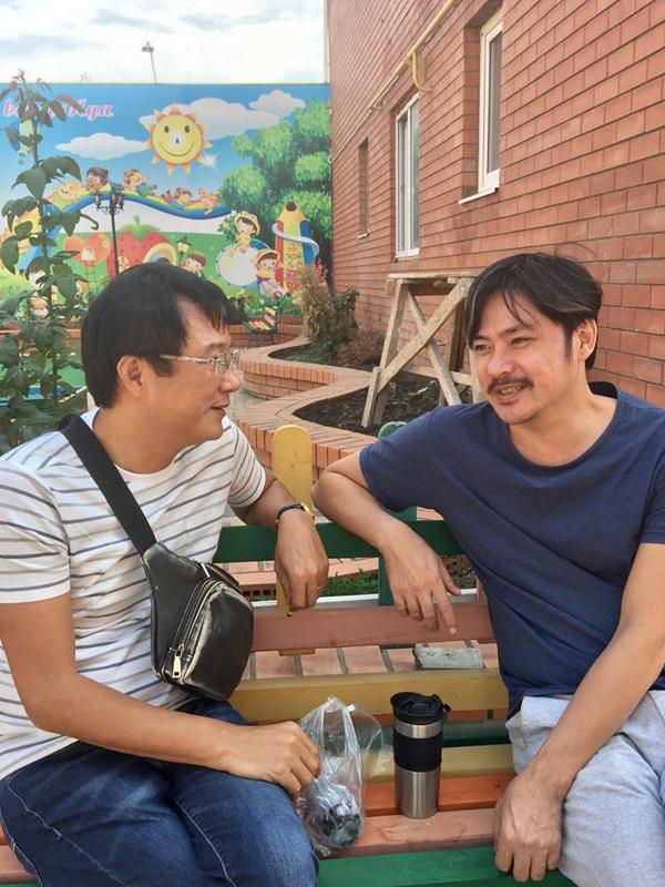 Đạo diễn Trọng Trinh và diễn viên Lê Vũ Long thảnh thơi ngồi trò chuyện trong lúc nghỉ ngơi.