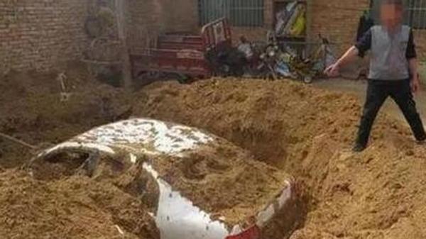 Người tài xế chỉ chỗ chôn xe cho cảnh sát. Ảnh: SCMP