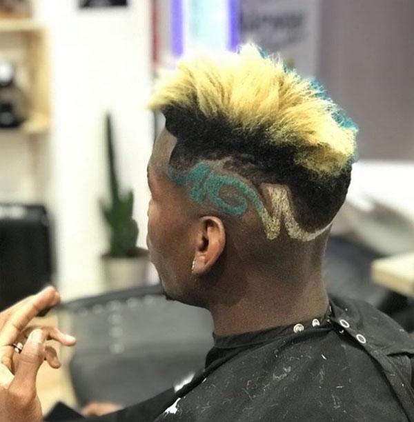 Pogba nhuộm tóc xanh, quên buồn ở MU