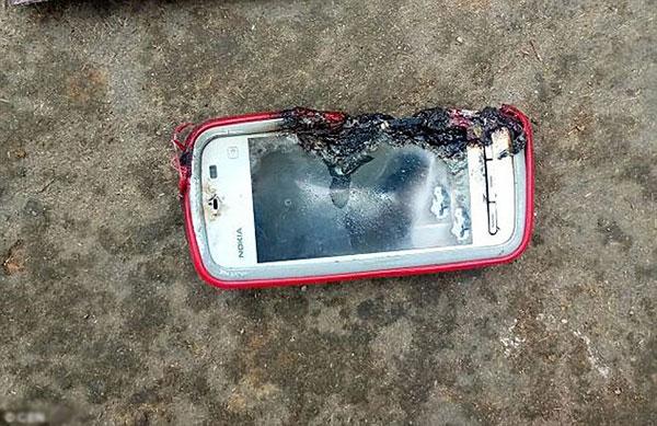 Thiếu nữ 18 tuổi tử vong vì điện thoải nổ khi vừa cắm sạc vừa gọi điện