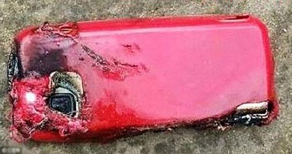 Thiếu nữ 18 tuổi tử vong vì điện thoải nổ khi vừa cắm sạc vừa gọi điện - 1