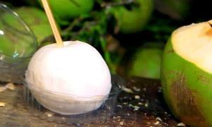 Kỹ nghệ gọt dừa 'vi diệu' của người bán rong Thái Lan