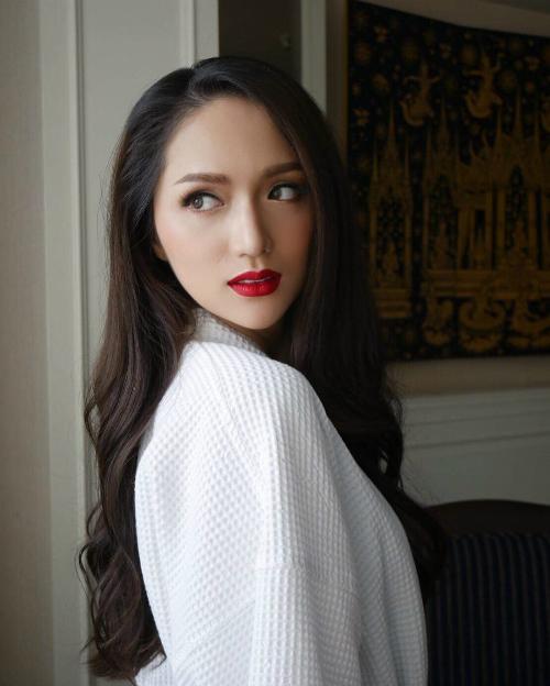 Hương Giang trở nên xinh đẹp và thanh thoát hơn dưới bàn tay phù thuỷ của make up artist Thái.