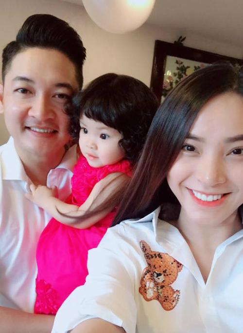 Gia đình Hải Băng - Thành Đạt lên đồ, chuẩn bị đi chơi. Bé Kem sở hữu gương mặt xinh xắn như thiên thần.