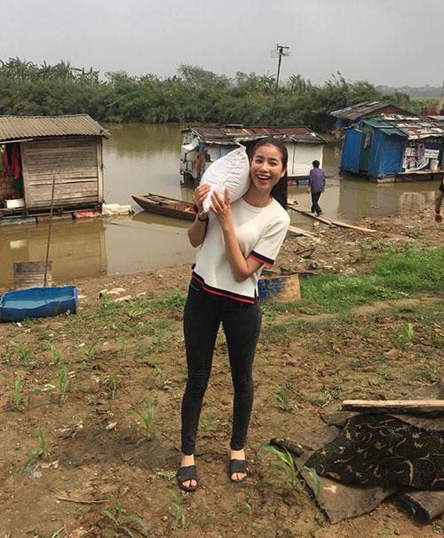 Phạm Hương thực hiện chuyến từ thiện đầu tiên của năm. Cô ăn mặc giản dị, đi dép lê, hớn hở bê bao gạo.