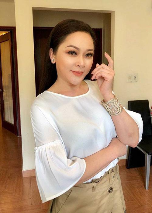 Ca sĩ Như Quỳnh trang điểm và ăn diện phong cách trẻ trung, khiến cô ăn gian tuổi khá nhiều.