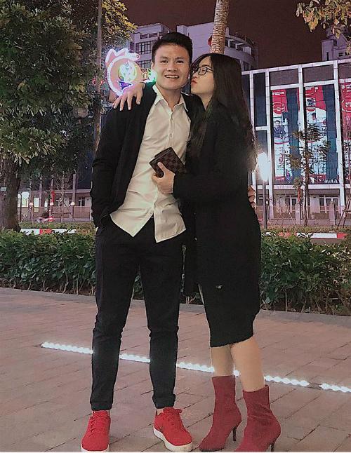 Cầu thủ Quang Hải đăng ảnh tình tứ với bạn gái Nhật Lê. Hai người có mối quan hệ tình cảm đã lâu và nhận được nhiều lời chúc phúc từ fan.