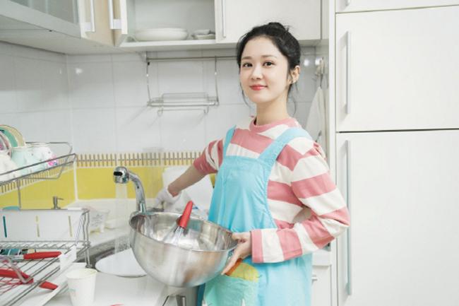 Ngày 18/3 là sinh nhật Jang Nara, cô đã nhận được nhiều lời mời chúc mừng cũng như quà của người hâm mộ. Để đáp lại tình cảm của fan, nữ diễn viên tự tay vào bếp làm bánh để dành tặng họ. Jang Nara tiết lộ, côtự tay chuẩn bị khoảng 30 món quà, trong đó có những chiếc bánh cô tự tay làm cùng trà uống kèm.