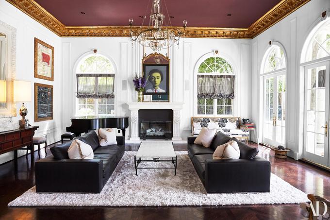 Phòng khách lớn, nổi bật với bộ sofa Minotti đầy mời gọi.