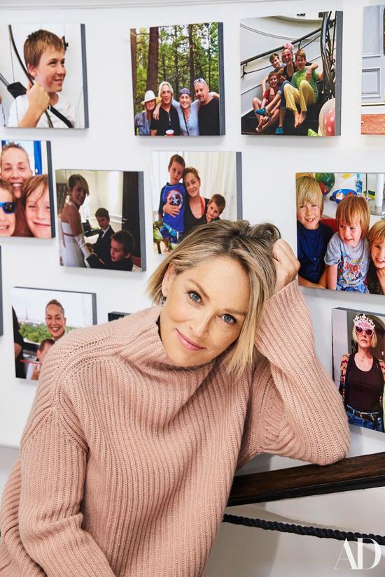 Góc tường treo những ảnh của cô chụp cùng ba cậu con trai Roan 17 tuổi, Laird 12 tuổi và Quinn 11 tuổi. Cả ba đều là con nuôi của nữ diễn viên.