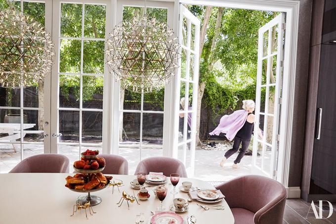 Phòng uống trà bừng sáng với view quyến rũ nhìn ra vườn cây.