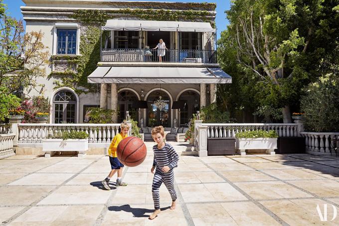Sharon Stone vừa mở cửa giới thiệu trên tạp chí Architectural Digest tổ ấm lung linh của cô và các con. Nhìn bề ngoài, ngôi nhà có kiến trúc cổ với sân vườn rộng rãi, thoáng mát. Tuy nhiên nội thất lại mang phong cách rất hiện đại, thanh lịch.