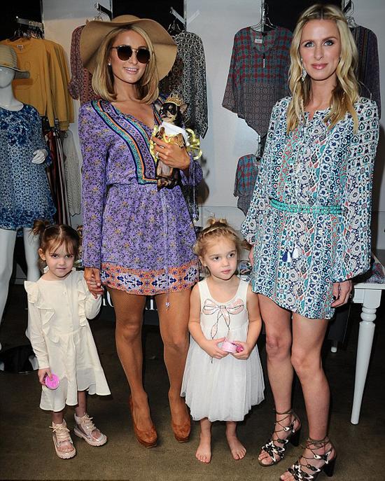 Paris thích thú tạo dáng cùng hai mẫu nhí xinh xắn của em gái. Cô rất mong có con gái để được diện cho các bé váy áo xinh xắn.