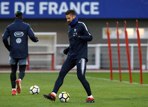 Mặc sành điệu và thời trang khi tới nơi, dàn tuyển thủ Pháp sau đó thay đồ vào sân tập luyện trong thời tiết giá lạnh.