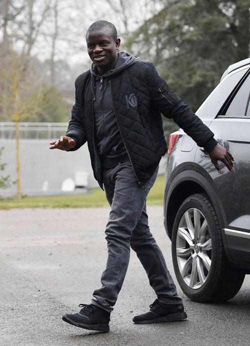 NGolo Kante của Chelsea mặc đồ tối màu, vui vẻ hội ngộ các đồng đội.
