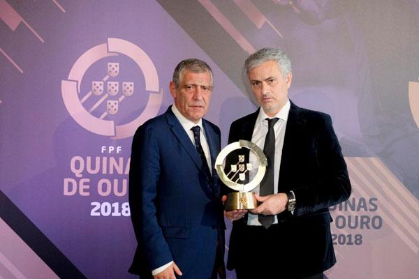 HLV của MU, Jose Mourinho, cũng trở về quê nhà nhận giải Vasco de Gama tôn vinh các cống hiến trong vai trò đại sứ bóng đá Bồ Đào Nha.