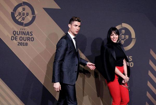 Đôi uyên ương để các con ở Madrid, bay về Bồ Đào Nha dự lễ trao giải thường niên.