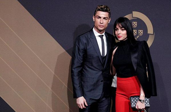 CR7 đưa cả bạn gái Georgina Rodriguez về Bồ Đào Nha dự lễ trao giải. Danh thủ điển trai trông lạnh lùng khi đứng bên người tình mặc bộ đồ cá tính.